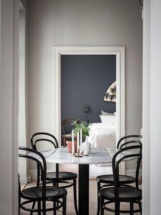 86 veces he visto estas serenas cocinas colores. Blue Wall Colors, Bentwood Chairs, Scandinavian Home, Exposed Brick, Black Accents, Blue Walls, Minimalist Decor, Dining Room Design, Warm Colors