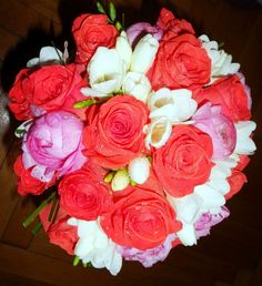 Poze buchet mireasa trandafiri corai, ranunculus roz si frezii albe
