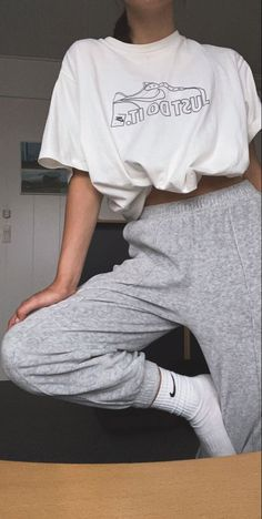 Cute Sweatpants Outfit, How To Wear Sweatpants, Gray Sweatpants, Sweatpants Style, Nike Sweatpants, Grey Joggers, Mode Outfits, Fashion Outfits, Photographie Portrait Inspiration
