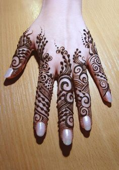 Back Hand Mehndi - love the detailing towards the end of fingers