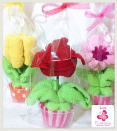 Flores con toalla facial, muy hermosas Homemade Baby Gifts, Homemade Crafts, Kitchen Towel Cakes, Diy Craft Projects, Diy Crafts, Towel Origami, Baby Bouquet, Baby Shower Souvenirs, Towel Animals