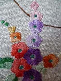 Hand Embroidery Projects, Wool Embroidery, Embroidery Motifs, Vintage Embroidery, Embroidery Techniques, Ribbon Embroidery, Floral Embroidery, Art Du Fil, Embroidered Flowers