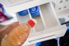 6 coisas que você não deve limpar com vinagre (Foto: Getty Images) Vinegar In Laundry, Laundry Detergent, Hot Sauce Bottles, Drink Bottles, Soap Scum, Distilled White Vinegar, Clean Machine, Wrinkle Remover, Fabric Softener