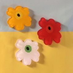 芥子の花をプラ板で作りました。カラーは、ブラック×オレンジ×レッドです。 サイズは30×30mmほどになります。ひとつひと...|ハンドメイド、手作り、手仕事品の通販・販売・購入ならCreema。