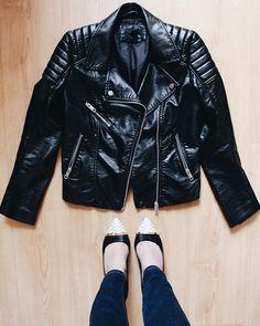 Back 2 basics! ¿Cuál es tu básico favorito? Nosotras amamos nuestra #leatherjacket  No te pierdas el #PostDelDía donde hablamos de los básicos en tu armario  #fashion #ontheblog #linkinprofile