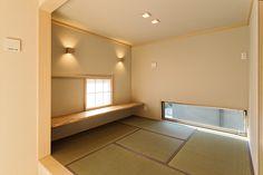 リビングとなりの小上がりの和室は家族が寝ころがったり、窓枠と絡めたカウンターで本を読んだり。。。思い思いに過ごして頂けそうです。|和室|自然素材|新築|畳|創業以来、神奈川県(秦野・西湘・湘南・藤沢・平塚・茅ヶ崎・鎌倉・逗子地区)を中心に40年、注文住宅で2,000棟の信頼と実績を誇ります| Dream Bedroom, Girls Bedroom, Japanese Apartment, Tatami Room, Natural Interior, Architecture Design, Stairs, House, Google