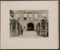 De poort van de Prins Hendrik kazerne Nijmegen met wachten ervoor. 1927