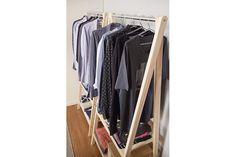 Araras são aliadas na hora de organizar, pois, além de deixar tudo ao alcance das mãos, evita que as roupas fiquem amassadas