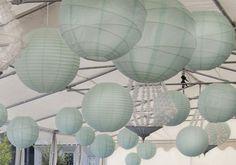 Licht blauwe lampionnen en kroonluchters in een tent
