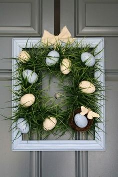 A Diamond in the Stuff: Square Grass Wreath (from plastic Easter eggs) Diy Spring Wreath, Spring Crafts, Holiday Crafts, Holiday Wreaths, Diy Christmas, Plastic Easter Eggs, Diy Ostern, Diy Easter Decorations, Frame Wreath