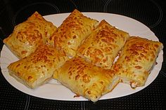 Pizzas made of puff pastry - Herzhafte Kuchen / Pizzen - Pizza Gourmet Sandwiches, Healthy Sandwiches, Sandwiches For Lunch, Sandwich Recipes, Pizza Snacks, Party Snacks, Beurre Vegan, Puff Pastry Pizza, Sandwich Packaging