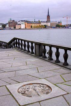 Stockholm Stadshus. Näcken i parkens stenläggning av Tore Strindberg.