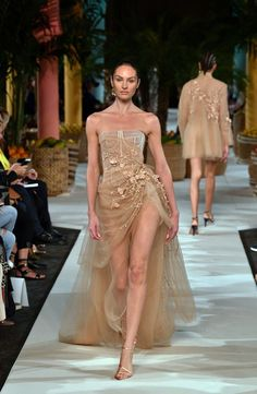 The best of New York Fashion Week spring/summer 2020 - Haute Couture Award Show Dresses, Gala Dresses, Evening Dresses, Look Fashion, Runway Fashion, Fashion Show, Fashion Outfits, High Fashion Dresses, Fashion Glamour