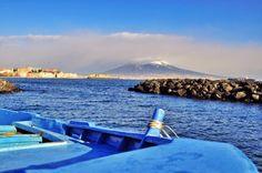 Lo spettacolo del Vesuvio innevato visto dal mare | © Pescatori di Posillipo - Campania su Web