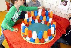De opdracht maak een kroon van bekertjes in de Nederlandse kleuren blijft een topper op de Prins Clausschool!