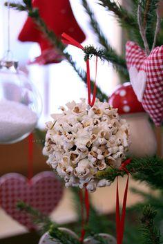 palla di natale popcorn My grandma hung molasses popcorn balls on her tree. What a great memory for me.