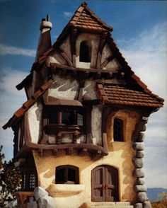 Many of you in childhood reading fairy tales has imagined how cool would be to live in a fairy tales house or palace.Inspired by fairy tales people build interesting houses for themselves and reproducing some of their favorite fairy tales or cartoons like The Simpsons or Alice in Wonderland.