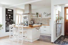 Szentendre egyike azon településeknek, ahol szerint bárki szívesen élne és nem kellene túlságosan noszogatni. Nekem is az egyik kedvenc városom, ahol rengeteg szép otthon bújik meg a falak között és nem csak a turisták által látogatott részeken.Ma egy olyan családi házba látogatunk el… Home Design Living Room, Kitchen Dinning Room, Sweet Home, House Design, Modern, Table, Furniture, Home Decor, Ideas