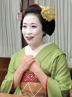 祇園甲部 舞妓・絢佳司さん 京の人に聞きました そうだ 京都、行こう。~京都への旅行、観光スポットで京都遊び~