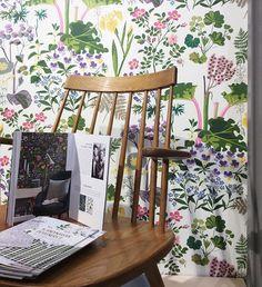 Systrarna Jobs klassiska mönster 'Rabarber'. Finns i den nya kollektionen 'Scaninavian Designers II' från Borås tapeter. #wallpaper #flowers