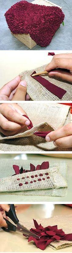 Una alfombra hecha de restos de tela y arpillera                                                                                                                                                      Más