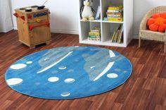 Der runde Teppich mit Fischen ist zum Verlegen auf jeden Unterboden geeignet, er kann über eine Fußbodenheizung gelegt werden und er ist starken Beanspruchungen gewachsen.