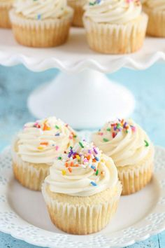 An easy recipe for vanilla cupcakes topped with a simple vanilla buttercream frosting. These cupcakes are perfect for any occasion! Frosting Recipes, Cupcake Recipes, Baking Recipes, Dessert Recipes, Dinner Recipes, Buttercream Frosting, Vanilla Frosting, Icing, Moist Vanilla Cupcakes