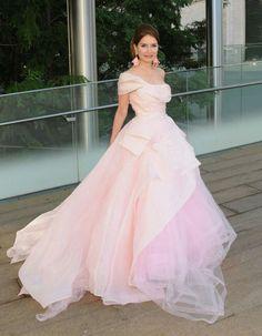 Alguns lindos looks do Metropolitan Opera, em Nova York!✨ Começando pelo vestido princesa #oscardelarenta, belíssimo, da Jean Shafiroff!🌼✨ Também adorei os brincos! #glamourous #jeanshafiroff #fashionstyle #metropolitanopera #newyork