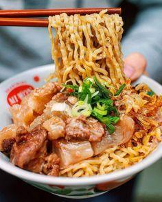 10 RESEP ANEKA MIE KHAS INDONESIA YANG SALAH SATUNYA DIJADIKAN VARIAN MIE INSTAN - RESEP MANTAN Mie Noodles, Yummy Noodles, Beef And Noodles, Halal Recipes, Asian Recipes, Cooking Recipes, Healthy Recipes, Ethnic Recipes, Indonesian Cuisine