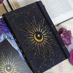Caderneta Astros cheia de magia do cosmos! Tamanho 21x15, papel pólen 80g. Disponível com miolo pontilhado e pautado pra você fazer o…