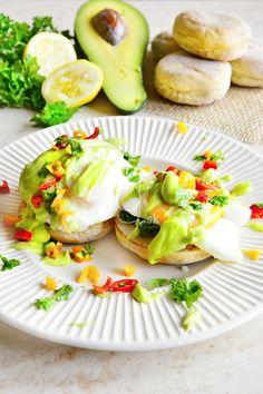 Čo takto namiesto vysoko-kalorickej holandskej omáčky si pripraviť zdravú avokádovú? Horúci anglický muffin, špenát, šunka, stratené vajce poliate ľahkou avokádovou omáčkou. Výdatné raňajky so zdravými tukmi ako sa patrí! ;)  ...Už sa len zakrojiť.