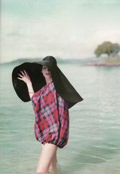 chapeau paille, noir, robe mi-longue,femme au bord de la mer
