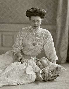 L'ancienne cour - Crown Princess Cecilie of Prussia and son German Royal Family, Prince Héritier, Reine Victoria, Victorian Photography, Edwardian Fashion, Edwardian Style, Victorian Women, Prussia, Vintage Pictures