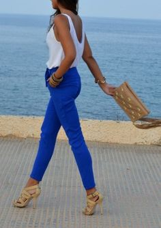 Love these colored royal blue pants.. wish I could pull off colored jeans!