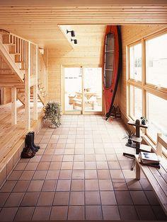 玄関がわりになる土間と大きな吹き抜けが家族の絆を育む家