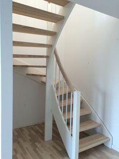 Vitmålad u-trappa med steg och handledare i ask.