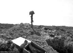 Pointe du Hoc. L'arme plantée dans le sol signale la présence d'un soldat hors de combat. Il s'agit d'une mitrailleuse Twin Vickers K installée initialement sur les échelles d'escalade.