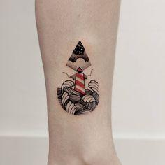 Tatuagem criada por Loiz de Curitiba. Mini farol colorido com mar e céu noturno.