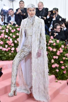Gigi Hadid attends The 2019 Met Gala Celebrating Camp: Notes on Fashion at Metropolitan Museum of Art on May 2019 in New York City. Get premium, high resolution news photos at Getty Images Fashion Bella, Fashion Photo, High Fashion, Bold Fashion, Fashion Trends, Susan Sontag, Anna Wintour, Celebrity Red Carpet, Celebrity Look