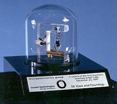 Replika pierwszego tranzystora firmy Bell Telephone Laboratories