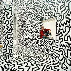 Keith Haring Haring Pop Shop Window New York, 1986 © Tseng Kwong Chi Keith Haring Prints, Keith Haring Art, Antonio Francisco Lisboa, Pop Art, James Rosenquist, Andy Warhol Art, Street Art, Ville New York, Urbane Kunst