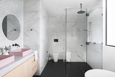A hassle-free building experience gave Kayla and Darius Boyd this dreamy home amongst the leafy streets of Brisbane's north. Chic Bathrooms, Amazing Bathrooms, Entspannendes Bad, Australia House, Brisbane Australia, Next Bathroom, Black House Exterior, Home Exterior Makeover, Bohemian Interior Design