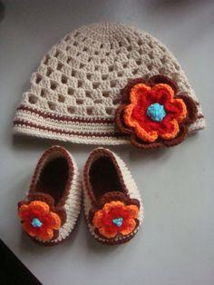 Would change base color though. Crochet Baby Beanie, Booties Crochet, Crochet Baby Clothes, Crochet Baby Shoes, Crochet Slippers, Baby Booties, Baby Knitting, Crochet For Kids, Diy Crochet