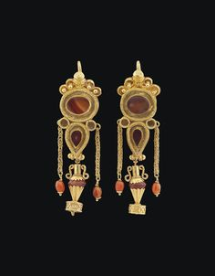 A PAIR OF GREEK GOLD AND AGATE EARRINGS HELLENISTIC PERIOD, CIRCA 1ST CENTURY B.C.