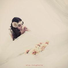 Tocados Ana Vez realización de adornos para el pelo y vestidos Comunión, Arras o informal. Atrezzo para fotos y escaparates. Flores de tela realizadas artesanalmente. Fotografia, Aroa Fotografía.
