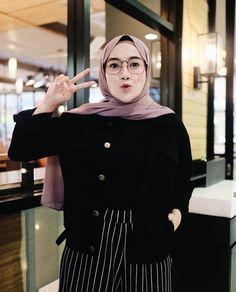 I like her glasses ! Casual Hijab Outfit, Ootd Hijab, Casual Outfits, Fashion Outfits, Modern Hijab Fashion, Hijab Fashion Inspiration, Muslim Fashion, Modele Hijab, Hijab Fashionista