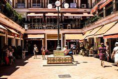Ribera de Curtidores ( El Rastro) y algunas tiendas de antiguedades. Madrid, España.