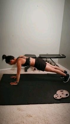 This flat stomach plank varation workout will tone your arms and strengthen your core. Great for women who workout at home or at the gym. Add this advanced core exercise to your fitness routine to challenge your core and sculpt your arms. Band Workout, Hip Workout, Workout Videos, House Workout, Week Workout, Workout For Flat Stomach, Abs Workout For Women, Flat Abs, Advanced Core Exercises