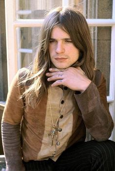 Pictured here is a old Ozzy Osbourne back in 1974 while he was still a member of Black Sabbath. Ozzy was fired from the band in 1979 after long stints of not showing up to rehearsals and being under the influence of drugs and alcohol. Ozzy Osbourne Joven, Ozzy Osbourne Young, Ozzy Osbourne 1970, Ozzy Osbourne Black Sabbath, John Lennon, Kurt Cobain, Afro, We Will Rock You, Portrait Poses