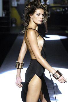 Little black dress - maxi skin style - isabeli fontana Isabeli Fontana, News Fashion, Runway Fashion, High Fashion, Womens Fashion, Mode Inspiration, Lady, Sexy Dresses, Sexy Women